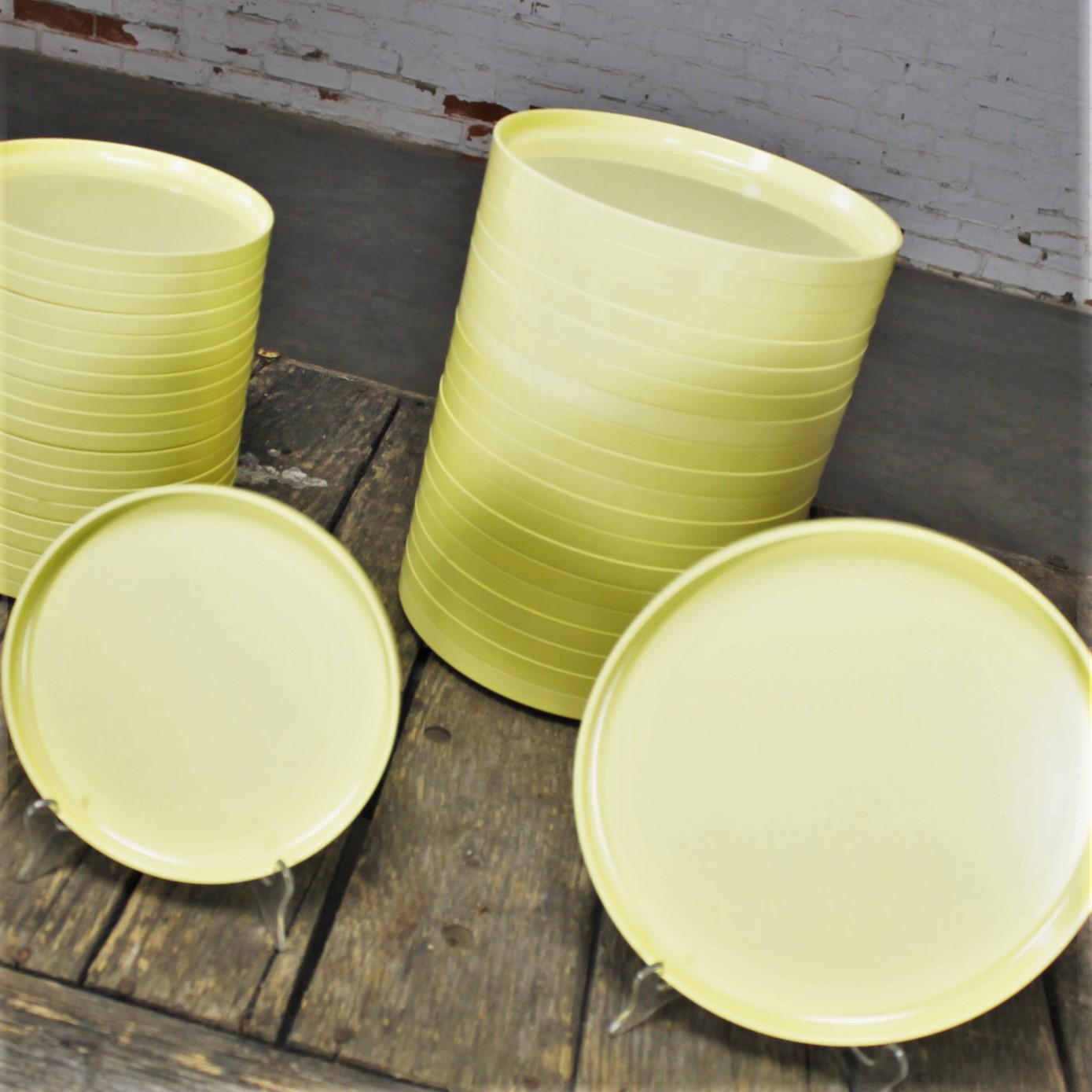 Massimo Vignelli for Heller Dinnerware 20 Large Plates and 20 Small Plates Light Yellow & Massimo Vignelli for Heller Dinnerware 20 Large Plates and 20 Small ...