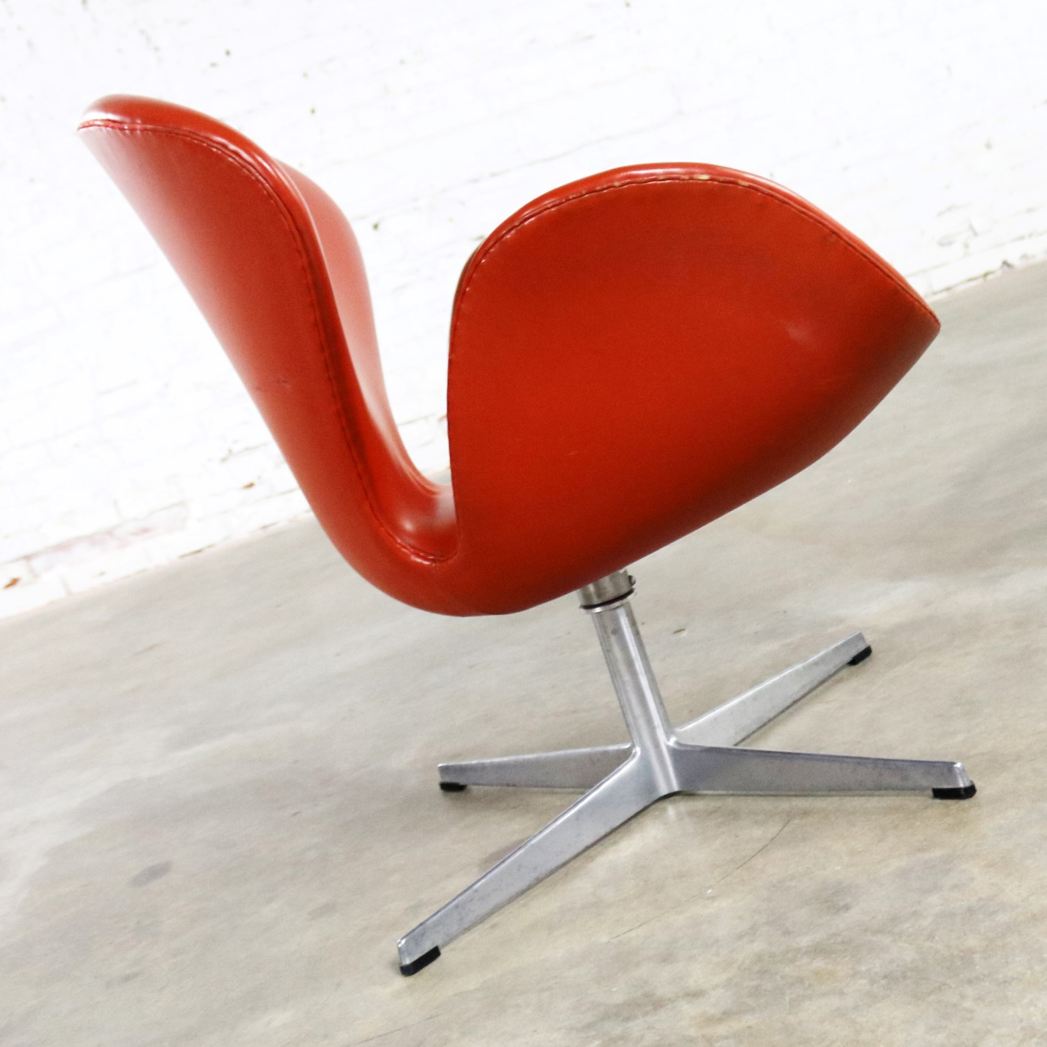 vintage mid century modern swan chair by arne jacobsen for fritz